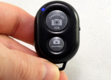 zdalny pilot kontrolujący migawkę aparatu przez bluetooth smartofnu – 0,65$ ~ 2,47zł